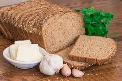 Pain complet, ail et beurre sains photos stock