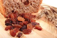 Pain complet, raisins secs et oreilles cuits au four de blé images stock