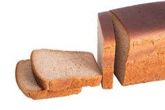 Pain coupé en tranches de ‹d'†de ‹d'†du pain de seigle noir d'isolement sur le backgroun blanc Photo libre de droits