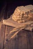 pain coupé en tranches de blé entier sur la table en bois, backgroun d'obscurité de vintage Images libres de droits