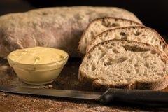 Pain coupé en tranches de Panini avec du beurre dans une cuvette Photographie stock