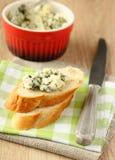 Pain coupé en tranches frais avec du fromage bleu Photos libres de droits