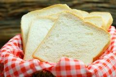 Pain coupé en tranches, nourriture crue, pain blanc sur la table en bois Photographie stock libre de droits