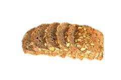 Pain coupé en tranches sain avec la graine de citrouille d'isolement sur un fond blanc Tranches et miettes de pain vues d'en haut image stock