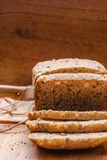 Pain coupé en tranches de blé entier sur la planche à découper Images libres de droits