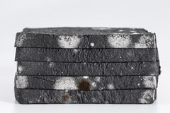 Pain coupé en tranches moisi de pain noir plus de Photos stock