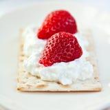 Pain croustillant avec le quark et les fraises Image stock