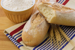 Pain croustillant délicieux de baguette sur un essuie-main de toile Image stock