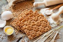 Pain croustillant de grain, biscuits de céréale sur la table images libres de droits