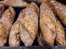 Pain cuit au four en vente à la boulangerie locale photos libres de droits