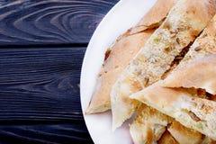 Pain cuit au four frais fait maison fait à partir du lin, du sésame, et du sunflowe images libres de droits