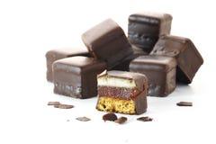 Pain d'épice allemand avec la gelée et le massepain de cerise en chocolat c photo libre de droits