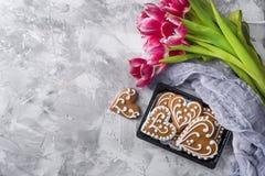 Pain d'épice de coeurs de biscuits de Sweeet avec des fleurs Photos stock
