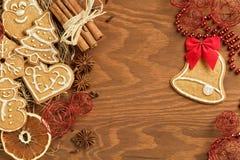 Pain d'épice de Noël avec la diverses décoration et épices Image stock