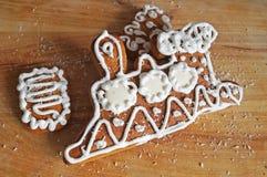 Pain d'épice de Noël décoré du mensonge blanc de glaçage photos libres de droits