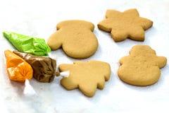 Pain d'épice de Noël quatre et sacs sifflants avec un lustre de vert, de brun et d'orange Biscuits faits main sous forme de mitai Photo stock