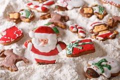 Pain d'épice de Noël sur le fond du plan rapproché de farine blanche Photos libres de droits