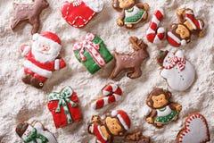 Pain d'épice de Noël sur le plan rapproché de farine blanche principal horizontal vi Image stock