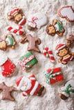 Pain d'épice de Noël sur le plan rapproché de farine blanche Vue supérieure verticale Image libre de droits