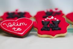 Pain d'épice de valentines avec amour vous signe dedans serbe Photo stock