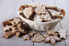 Pain d'épice du ` s de nouvelle année décoré du glaçage Photographie stock libre de droits