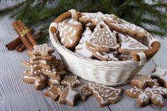 Pain d'épice du ` s de nouvelle année décoré du glaçage dans un panier blanc Photographie stock libre de droits