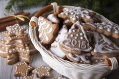 Pain d'épice du ` s de nouvelle année décoré du glaçage dans un panier blanc Image libre de droits