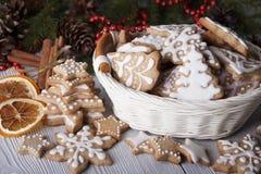 Pain d'épice du ` s de nouvelle année décoré du glaçage dans un panier blanc Photos libres de droits