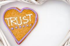 Pain d'épice en forme de coeur avec le texte et fond gris/blanc Symbole de jour de Valentines Photo stock