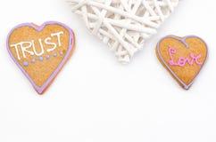 Pain d'épice en forme de coeur avec le texte et fond gris/blanc Symbole de jour de Valentines Photos stock