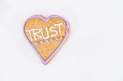 Pain d'épice en forme de coeur avec le texte et fond gris/blanc Symbole de jour de Valentines Image libre de droits