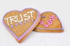 Pain d'épice en forme de coeur avec le texte et fond gris/blanc Symbole de jour de Valentines Photographie stock libre de droits