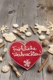 Pain d'épice en forme de coeur rouge de Noël Image stock