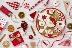 Pain d'épice, jouets et décor traditionnels de Noël sur le fond en bois photographie stock libre de droits