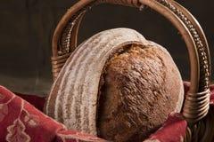 Pain d'artisan dans un panier 2 Photos libres de droits