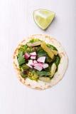 Pain d'enveloppe de tortilla avec des légumes Image libre de droits
