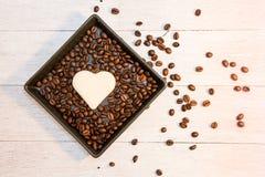 Pain dans la forme du coeur avec le grain de café images stock