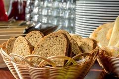 Pain dans une corbeille à pain en osier Photographie stock libre de droits