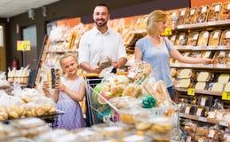 Pain de achat de famille de stock de nourriture Photos stock