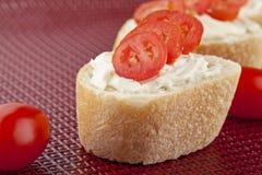 Pain de baguette avec des parts de beurre et de tomate Photos stock