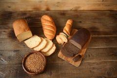 Pain de blé et pain de seigle sur un conseil en bois avec le texte de l'espace de copie photos libres de droits
