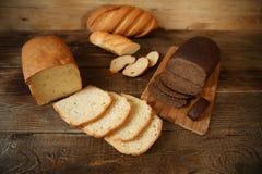 Pain de blé et pain de seigle sur un conseil en bois avec le texte de l'espace de copie image libre de droits