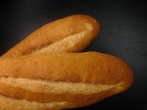 Pain de boulangerie de baguette sur le fond noir Photo libre de droits