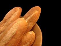 Pain de boulangerie de baguette sur le fond noir Image libre de droits