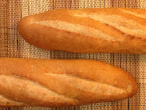 Pain de boulangerie de baguette sur un Tableau en bois Images stock