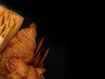 Pain de boulangerie de croissant frais sur un fond noir Image libre de droits