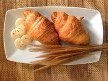 Pain de boulangerie de croissant frais sur un Tableau en bois Photos libres de droits