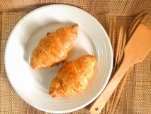 Pain de boulangerie de croissant frais sur un Tableau en bois Image libre de droits