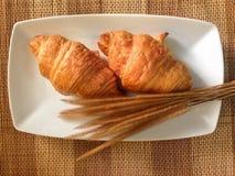 Pain de boulangerie de croissant frais sur un Tableau en bois Photo stock