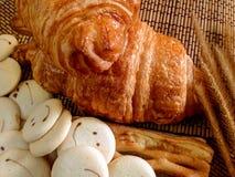 Pain de boulangerie de croissant frais sur un Tableau en bois Photos stock